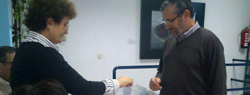 Rafael Terán, presidente de la demarcación onubense del CPPA, deposita su voto en la urna.