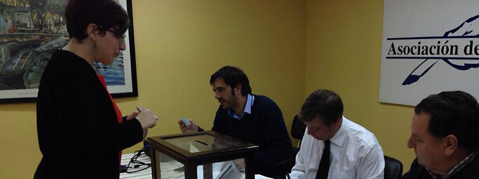 La presidenta de la demarcación jerezana, María José Pacheco, en el momento de depositar su voto.