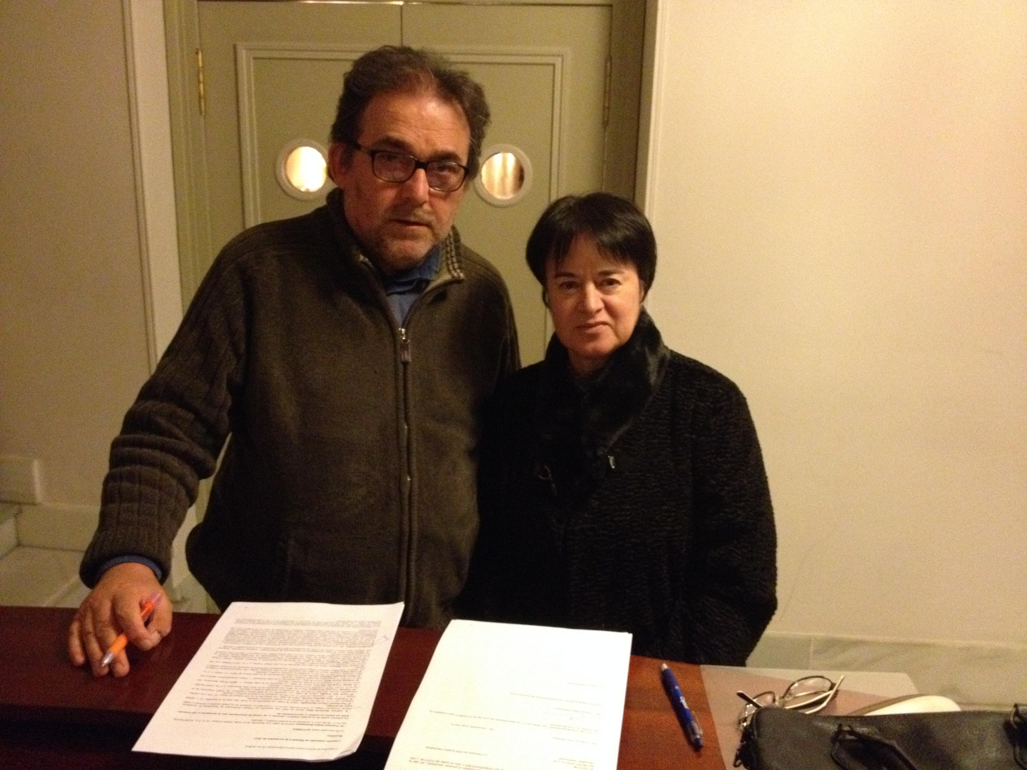 El decano del Colegio, Antonio Manfredi, y la profesora Trinidad Núñez, en la firma del convenio de cesión de derechos de la publicación.