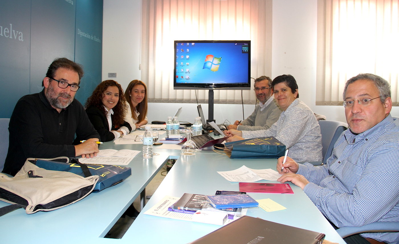 Miembros del jurado del Premio Huelva de Periodismo 2013, presidido por el decano del Colegio Profesional de Periodistas de Andalucía, Antonio Manfredi.