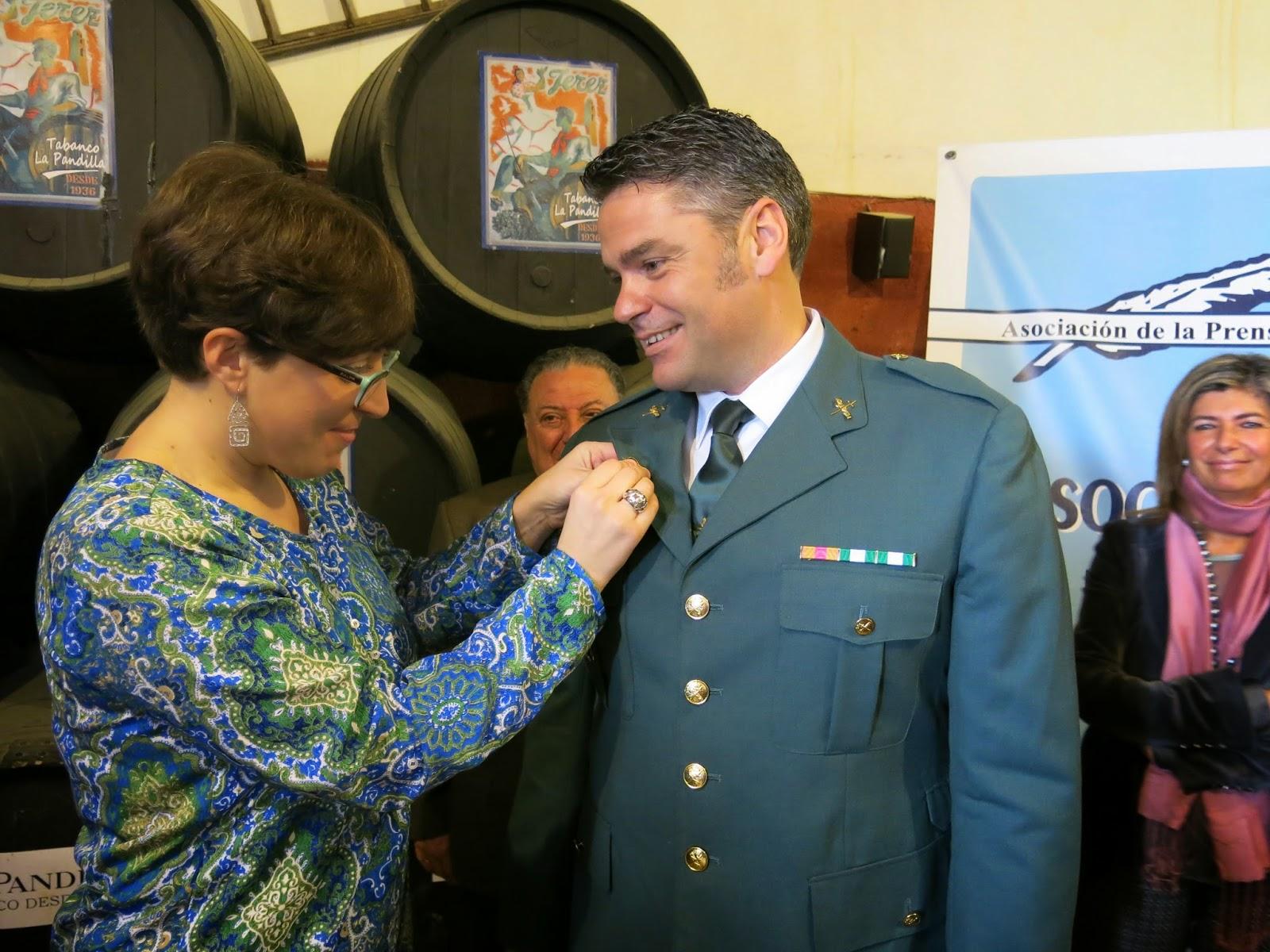 El portavoz de la Comandancia de la Guardia Civil de Cádiz, Manuel González, recibe el premio Pluma de Oro.