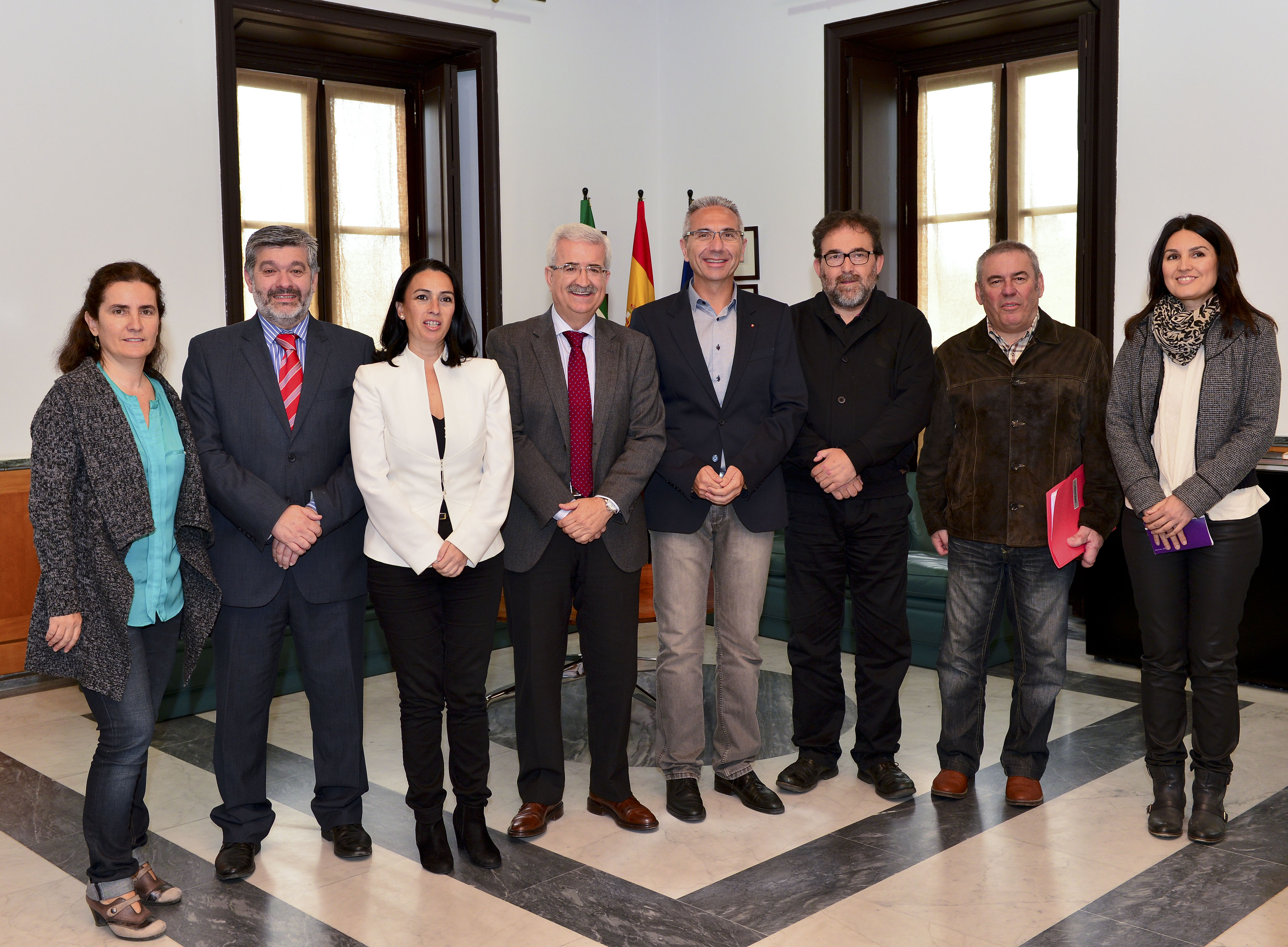 Foto de familia de la reunión entre representantes del Colegio Profesional de Periodistas de Andalucía y el consejero de la Presidencia de la Junta de Andalucía, Manuel Jiménez Barrios.