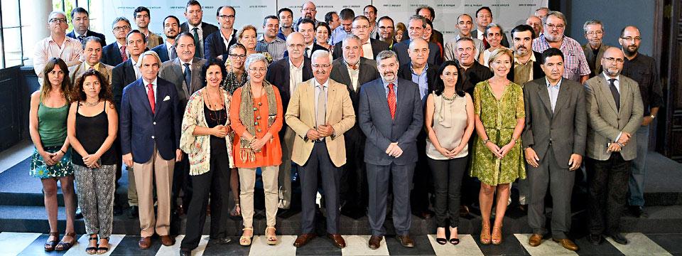 Miembros de la Mesa para la Ordenación e Impulso del Sector Audiovisual de Andalucía, junto al consejero de la Presidencia de la Junta, Manuel Jiménez Barrios.