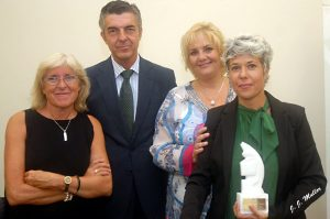 Un momento de la entrega del Premio Colombine a Marta Gómez Casas (dcha).