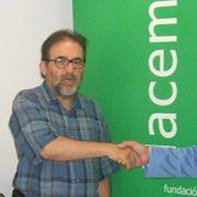 El decano del Colegio de Periodistas de Andalucía, Antonio Manfredi, y el director gerente de Flacema, Manuel Parejo, tras la firma del acuerdo, junto a Ricardo Gamaza, miembro de Apia.
