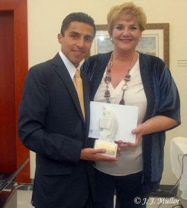 Lucano Romero recibe el trofeo acreditativo del Premio Colombine de manos de Covadonga Porrúa.- Foto JJMULLOR