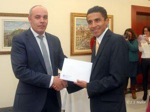 Juan Cayuela, representante de Unicaja entrega el premio en metálico a Lucano Romero.- Foto JJMULLOR