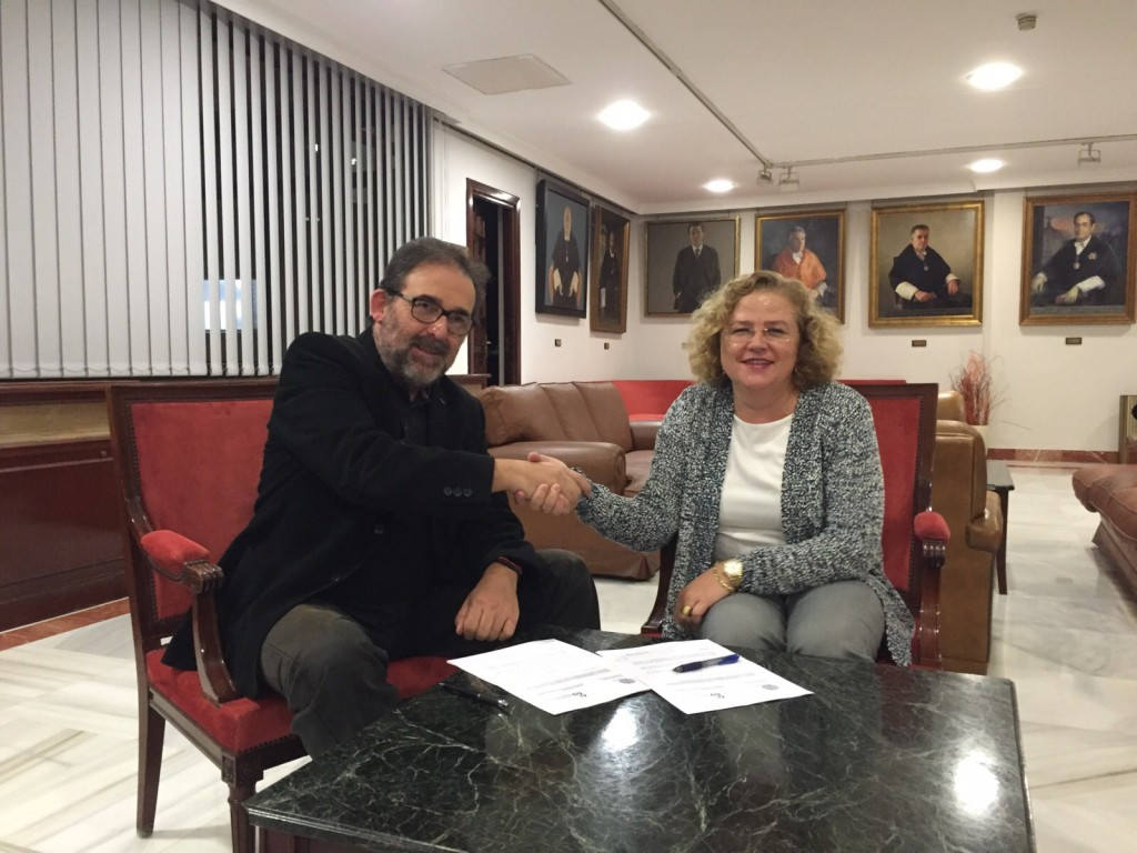 En la foto, Dolores Márquez y Antonio Manfredi tras la firma del convenio.