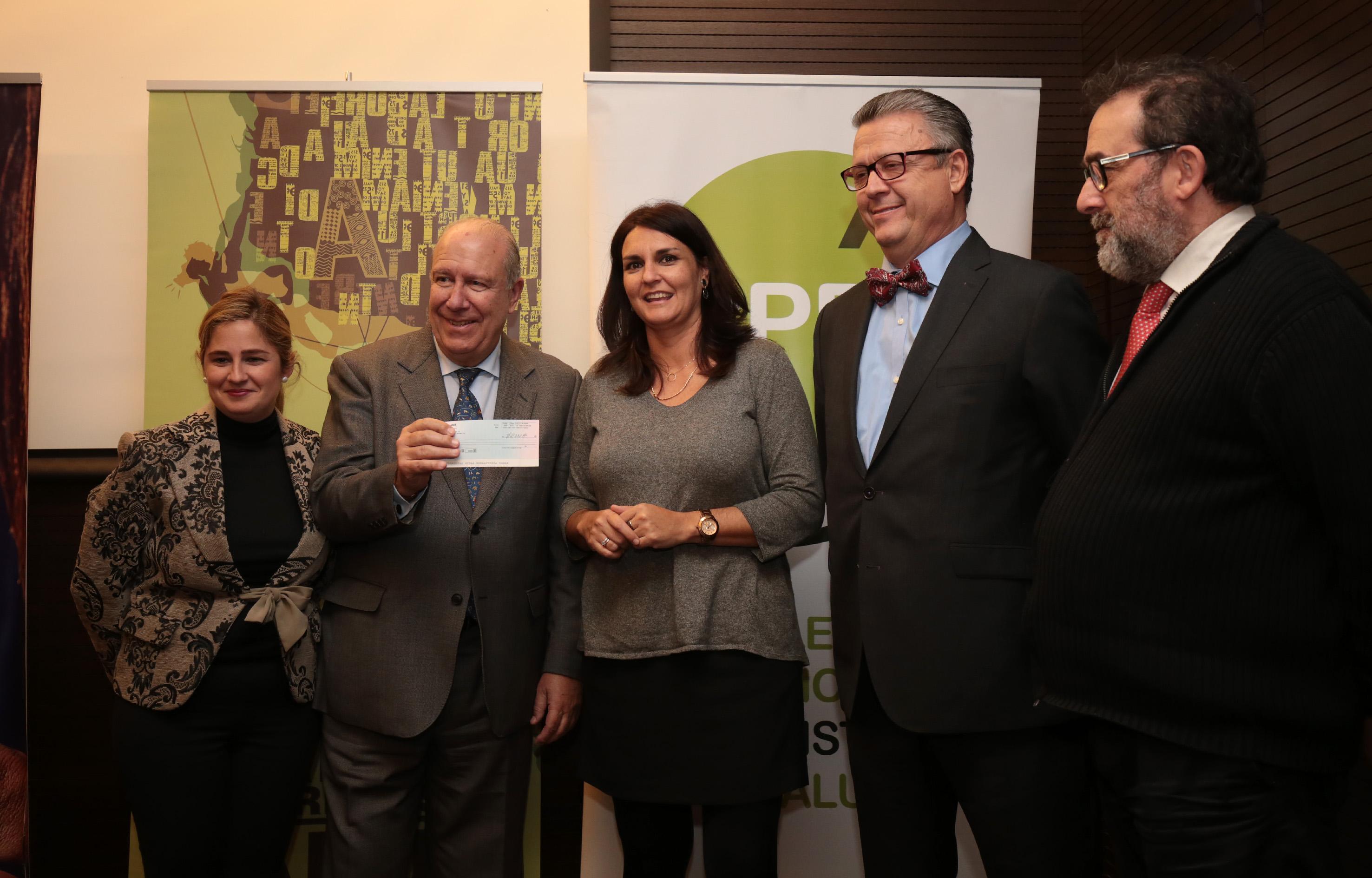 En la imagen, un instante de la entrega de la dotación económica del premio, a los representantes del Banco de Alimentos de Sevilla-