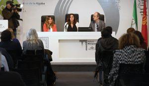De izquierda a derecha, Lucía Fraga, Eva Navarrete y Marc Vidal durante la presentación del Compromiso,